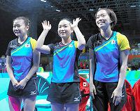 女子団体予選でポーランドを破り準々決勝進出を決めた(左から)福原愛、伊藤美誠、石川佳純=長島一浩撮影