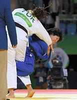 女子78キロ超級3位決定戦で銅メダルを獲得した山部佳苗(右)=竹花徹朗撮影