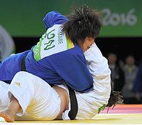 女子78キロ超級3位決定戦で銅メダルを獲得した山部佳苗(上)=竹花徹朗撮影