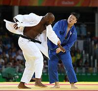 男子100キロ超級で銀メダルを獲得した原沢久喜。左はリネール=林敏行撮影
