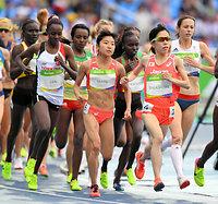 女子1万メートルに出場した高島由香(手前右)と関根花観(手前左)=諫山卓弥撮影