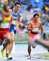 男子800メートル予選に出場した川元奨(右)=諫山卓弥撮影