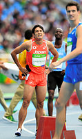 男子800メートル予選、惜しくも準決勝進出を逃した川元奨(左)=諫山卓弥撮影