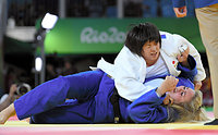 女子78キロ超級2回戦で一本勝ちした山部佳苗(上)=竹花徹朗撮影