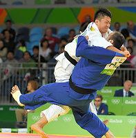男子100キロ超級2回戦を一本勝ちで突破した原沢久喜(左)=竹花徹朗撮影