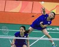 女子ダブルスでタイのペアに勝利した高橋(右)、松友組=長島一浩撮影