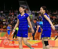 女子ダブルスでタイのペアに勝利した高橋(左)、松友組=長島一浩撮影