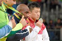 男子100キロ超級の表彰式で銀メダルを掲げる原沢久喜(右)。左隣は優勝したリネール=竹花徹朗撮影