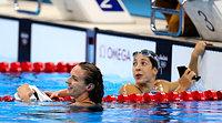 女子200メートル背泳ぎで2位のホッスー(左)。右は優勝したディラド=西畑志朗撮影