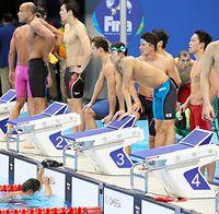 男子400メートルメドレーリレーで5位となり立ち尽くす(右から)小関也朱篤、藤井拓郎、入江陵介。うつむく最終泳者の中村克(左下)=西畑志朗撮影