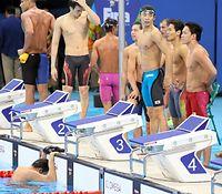 男子400メートルメドレーリレーで5位となり立ち尽くす(右から)小関也朱篤、入江陵介。うつむく最終泳者の中村克(左下)=西畑志朗撮影