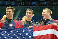 男子400メートルメドレーリレーで優勝し、金メダルを掲げるフェルプス(中央)=西畑志朗撮影