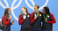 女子400メートルメドレーリレーで優勝した米国の選手たち=西畑志朗撮影