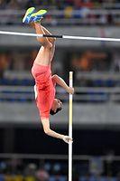 男子棒高跳び予選で5メートル45を成功した荻田大樹=諫山卓弥撮影