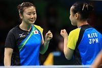 女子団体準々決勝で、ポイントを奪い笑顔の福原愛(左)と伊藤美誠=長島一浩撮影