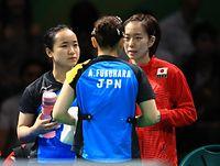女子団体準々決勝で、福原愛(中央)に声をかける伊藤美誠(左)と石川佳純=長島一浩撮影