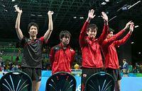 男子団体1回戦でポーランドを破り、声援にこたえる水谷隼(左端)ら日本代表の選手ら=西畑志朗撮影