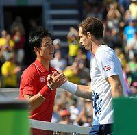 男子シングルス準決勝で敗れ、マリー(右)と握手する錦織圭=竹花徹朗撮影