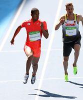 男子100メートル予選で力走するケンブリッジ飛鳥(左)=林敏行撮影