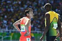 男子100メートル予選を走り終え、記録を見つめる桐生祥秀。右はボルト=諫山卓弥撮影