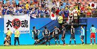 ナイジェリアに敗れサポーターにあいさつする日本の選手たち=西畑志朗撮影
