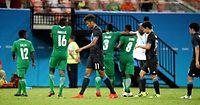 ナイジェリアに敗れ、うなだれてピッチを引きあげる鈴木ら日本の選手たち=西畑志朗撮影