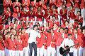 3日、東京ではリオデジャネイロ五輪に向けた日本選手団の結団式と壮行会が開かれた。フォークデュオ・ゆずの演奏に合わせ、選手らが拳を振り上げた=角野貴之撮影