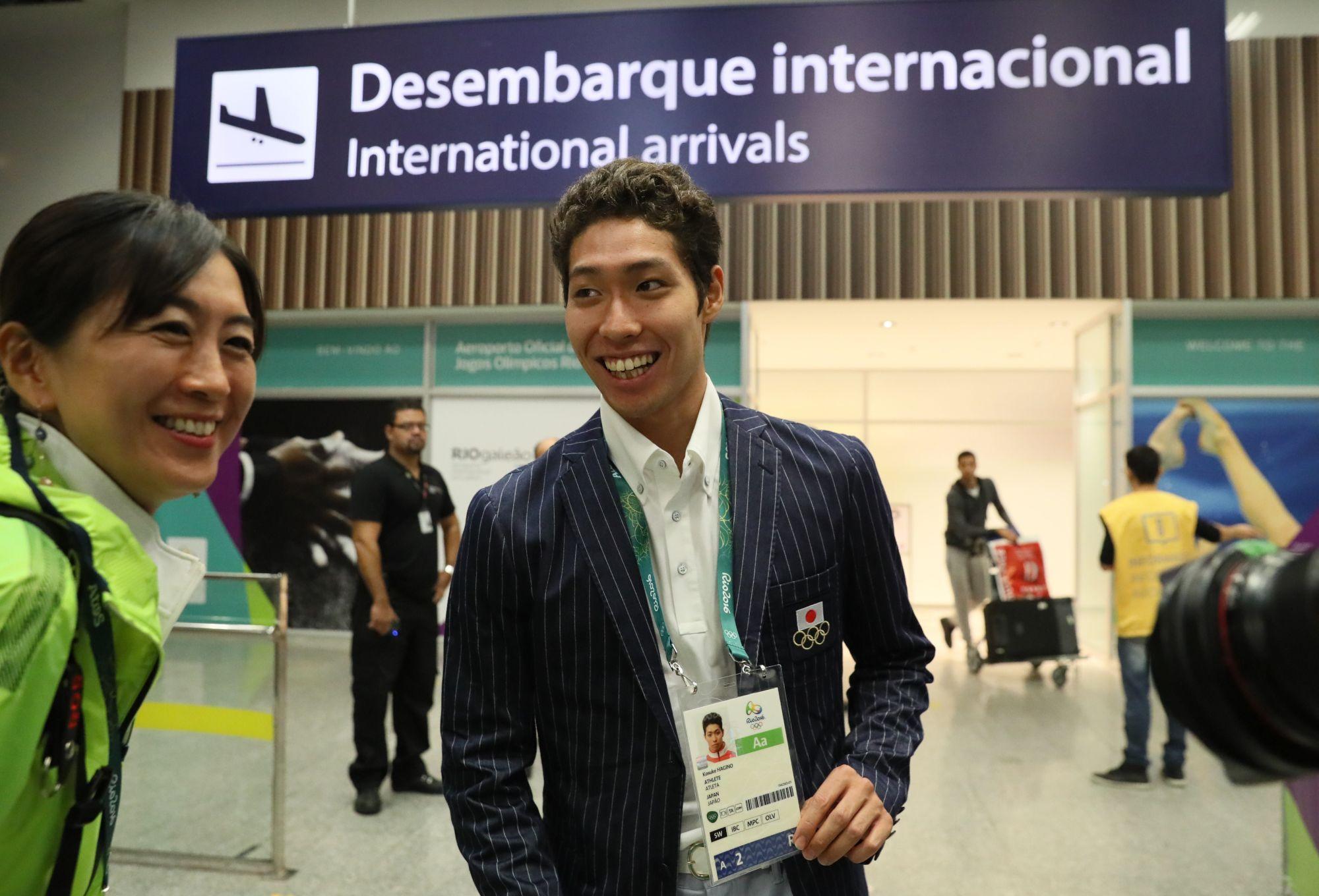 リオデジャネイロの国際空港に到着し、海外メディアの求めに応じて大会の資格認定証を見せる