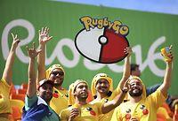 男子サッカー、南アフリカ―イラクを観戦するファン=ロイター