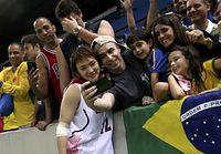 女子バスケットボールの日本代表・吉田亜沙美と記念撮影するファン=ロイター