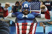 男子バスケットボール、米国―ベネズエラを観戦するファン=ロイター