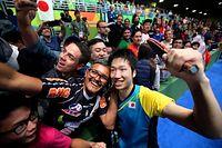 男子シングルスで銅メダルを獲得し、観客らと記念撮影をする水谷隼(右)=長島一浩撮影