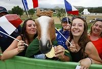 馬術競技を観戦するファン=ロイター