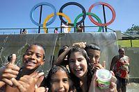 ロンドンから贈られた五輪マークがあるマドゥレイラ公園で遊ぶ子どもたち