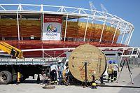 リオデジャネイロ五輪開幕100日前を控えた、大会ロゴや五輪マークの入ったバナーが設置された五輪公園内の「五輪テニスセンター」で、作業員らが工事をしていた