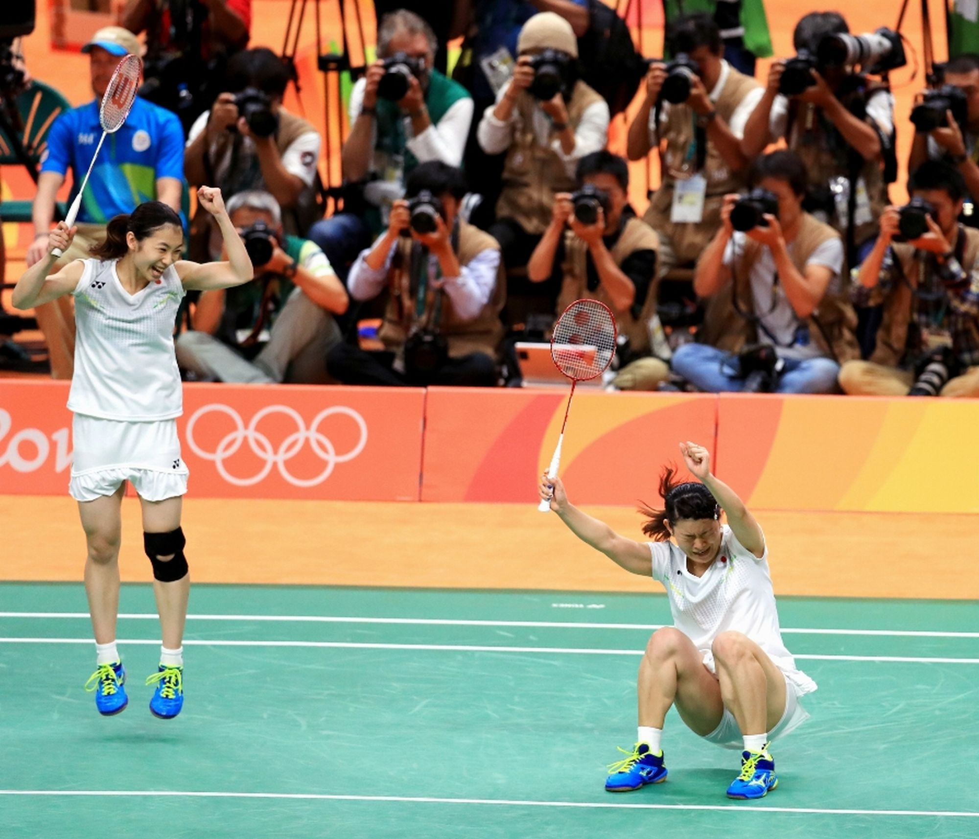 女子ダブルスで優勝し、喜ぶ高橋礼華(右)、松友美佐紀組=長島一浩撮影