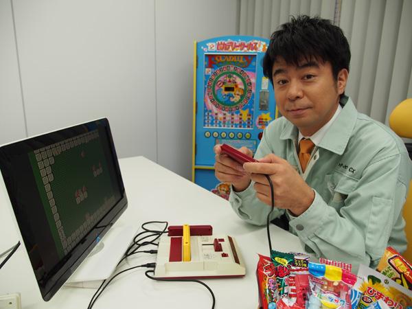 「ゲームセンターCX」作業着姿の有野(晋哉)課長。2014年2月3日、野波健祐撮影
