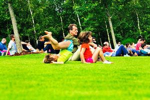 写真:オリンピックパークでくつろぐ人たち。こんなに家族連れの多い五輪は初めてです