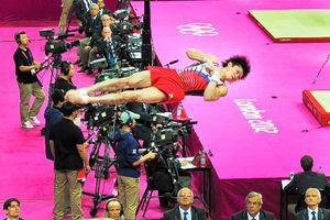 写真:跳馬の演技をする内村選手に、ほかの種目の審判の目も釘付け。こんなに高いところまで跳んでいるんですね