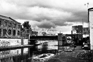 写真:工場地帯の一角から望むオリンピックパーク。さびれた一帯は、アートの力で生まれ変わろうとしていた