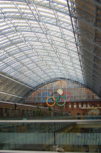 写真:ヨーロッパ大陸とイギリスをつなぐ高速鉄道ユーロスターの発着駅セント・パンクラスに掲げられた五輪:ヨーロッパ大陸とイギリスをつなぐ高速鉄道ユーロスターの発着駅セント・パンクラスに掲げられた五輪