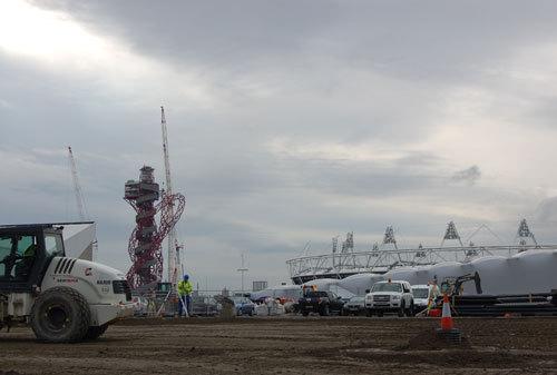 写真:建設が進められているオリンピック・パーク。左側の赤い塔は、高さ115mになる予定のランドマーク、オリンピック・タワー(The ArcelorMittal Orbit)。右手に見えるのがオリンピック・スタジアム:建設が進められているオリンピック・パーク。左側の赤い塔は、高さ115mになる予定のランドマーク、オリンピック・タワー(The ArcelorMittal Orbit)。右手に見えるのがオリンピック・スタジアム