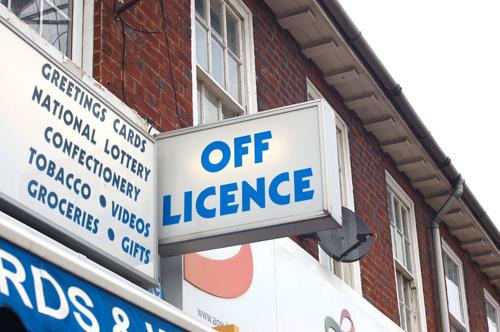 写真:「Off Licence」は新聞、タバコやお菓子に飲み物等を販売する、コンビニのような存在。街中ではこうした小さなショップでオイスターカードを取り扱っている
