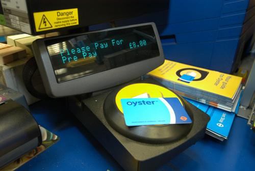 写真:オイスターカードがあれば、改札にあるカードリーダーにタッチするだけで切符を買うために並ばずにすむ=ロンドン交通局提供(©Transport for London)