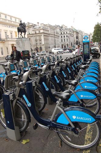 写真:並んでいる自転車はどれでも好きなものを選ぶことができる
