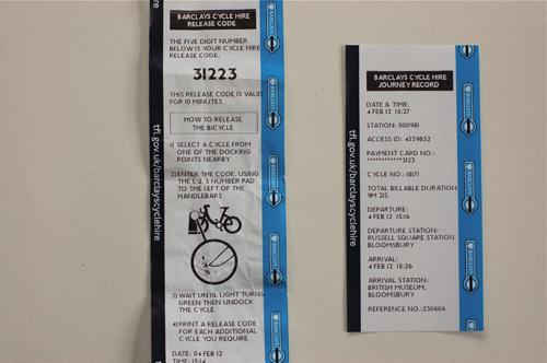写真:左側が自転車をリリースするコードナンバーの書かれたもの。自転車をドッキング・ポイントからはずす方法の説明はこれを見て。右は使用した後に出てくる「走行記録」。クレジットカードでの課金を確かめる際のためにも、きちんと保存しておいたほうがよい