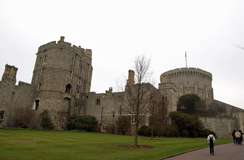 写真:ウィンザー城の建物。右側に見えるのがラウンド・タワー。女王が城にいるときは王室旗が、不在のときは英国国旗が掲げられている