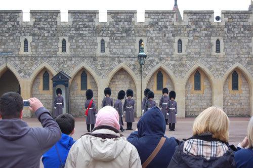 写真:バッキンガム宮殿と同様、衛兵が城の要所に配置されていて、衛兵交代をかなり至近距離で見ることができる