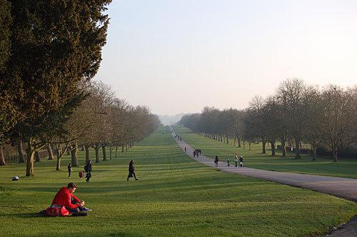 写真:城の南側に4.8kmにわたってのびる「ロング・ウォーク」。車や馬車での通過は王室関係者のみに許されていて、一般客は徒歩での入場のみがゆるされているという