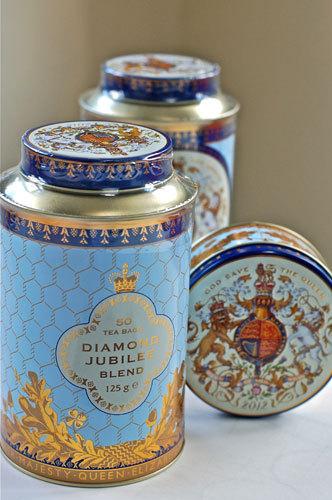 写真:城内で購入できる「ダイヤモンド・ジュビリー・スペシャル・ブレンド」の紅茶。ティーバッグ50入り8.95ポンド(左)、ミントの詰め合わせ5.95ポンド(右の小さな缶)
